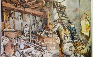 Oude getekende prent met daarin een tafereel op de maalzolder. Een molenaar is aan het malen en de knecht is aan het billen.